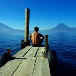 Morgan contemple le lac Atitlan. Situé dans un cratère de volcan, ce lac est un des haut-lieux touristiques du Guatémala.