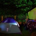 """Dans un jardin avec la tente ou dans l'arrière-boutique d'un restaurant avec nos hamacs, il est très facile d'être hébergé en Amérique centrale. Jamais sans notre bouquin d'ailleurs, notre """"nourriture pour cerveau""""."""