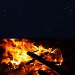 Le plaisir simple de s'asseoir autour d'un feu sous un ciel étoilé