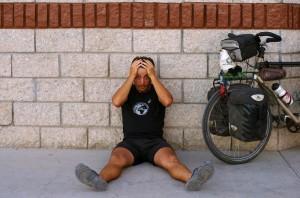 """Morgan : """"Voici plus de deux semaines que nous roulons chaque jour. Six ou sept heures quotidiennes à pédaler vers le nord... le soir venu je pète un câble, j'en ai marre, je n'ai pas envie de penser à demain. Je veux mettre pause... mon vélo devient un instrument de torture et je cherche comment me motiver pour reprendre la route... il ne reste plus que 1000km paraît il..."""""""
