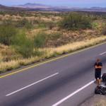 Réparation de pédale express. Parce que la chance tourne, nous avons eu peu de problèmes techniques lors de notre remontée du Mexique. Tant Mieux car les pronostics basés sur les prédictions de Google Maps étaient faux de 300km... par conséquent nos jours de repos prévus ce sont évaporés dans la chaleur du désert...