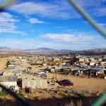 La ville de Nogales à la frontière, où tant de mexicains tentent de passer clandestinement. C'en est fini du Mexique. Sur cette dernière ligne droite, la route est contenue dans un grillage destiné, pensons nous, à empêcher les gens d'arriver jusqu'au poste frontière américain.