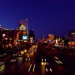 Le Strip ! L'avenue touristique de Las Vegas, cette ville qui accueille environ 36 000 000 de visiteurs par an. La quantité de jeux de lumière y est impressionnante et vous maintient en éveil pour que vous ayez toujours plus envie de jouer et de consommer…