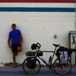Etienne : « Alors que les gars s'occupent du dernier ravitaillement avant d'entrer dans Death Valley, je profite de ces moments précieux de repos et de calme tout en surveillant les vélos dehors ».