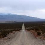 Sortir de Death Valley est périlleux. Nous nous sommes chargés de presque 4 litres d'eau chacun mais les longues pistes gravillonneuses nous donnent du fil à retordre dans un environnement froid et venté.