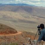 Faire des photos et du film est devenu un de nos passe-temps favori. Ici Brian est monté sur le haut d'une bute pour immortaliser nos premiers kilomètres de montée au sud de « Last Chance Mountain »