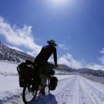 Quelques jours auparavant j'avais l'occasion de changer mes pneus sur lesquels je roule depuis le départ, mais j'ai eu un manque de motivation. Le vélo sur la neige, ce n'est pas comme le snowboard ! Il fallait bien que je reste attentif pour ne pas me retrouver couché au sol. Souvenir intense de sport de glisse :)