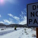 Quelques heures avant nous avions croisé un gros 4x4 et son propriétaire nous avait avertis des difficultés que nous allions rencontrer. Peut être s'attendait-il à ce que nous rebroussions chemin après nous avoir dit qu'il y avait 20cm de neige sur toute la route jusqu'au col… nous le remercions et continuons vers le sommet…