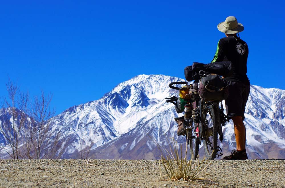 Après quelques jours de pause à Bishop pour attendre la bonne fenêtre météo, nous nous lançons dans l'ascension du Mont Tom (4163m). Nous effectuons l'approche à vélo depuis Bishop, avec tout le matériel d'alpinisme nécessaire à l'ascension.