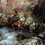 Au pied de la montagne, avant d'attaquer son ascension, il a fallut tout d'abord aborder la traversée de la rivière. L'eau glacée et le fort courant n'ont pas eu raison de nous et de nos montures.