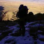 Nous commençons à prendre de la hauteur. La neige se fait de plus en plus présente et la vue sur les White Mountains au loin s'agrandit.