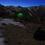 2500m. Difficilement et à la nuit tombée seulement nous trouvons un plat relatif pour installer le camp de base, à 2500m d'altitude. Nous nous entassons à 4 dans une tente pour 3 pour se réchauffer des températures négatives dehors. Nous mangeons un plat de riz cuit à la neige fondue et nous endormons tôt, pour se lever bien avant l'aube.
