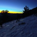 Nous avons chaussé les raquettes pour avancer dans une neige de plus en plus profonde. Au loin, la ville de Bishop s'éveille sous un crépuscule aux couleurs vives. Le soleil prendra bientôt la relève sur nos lampes frontales.