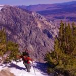 Morgan en action. Nous avons rangé les raquettes pour évoluer à pied sur la crête et non plus sur le flanc. Ainsi, nous marchons sur les rochers. Cependant, parfois la neige est là et bien profonde...