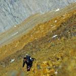 """Etienne: """"A ce moment là de l'ascension et surement à cause du mal de l'altitude, je commence tout doucement à me poser des questions sur mes capacités à atteindre le sommet sans retarder mes compagnons. Les rochers sont tellement instables que cela en devient presque dangereux. mentalement et physiquement c'est dur !!"""""""