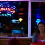 Bridgeport, Californie, USA. Alors que nous nous réfugiions dans un bar pour travailler sur nos photos et, par la même occasion, s'abriter du froid, nous faisons connaissance avec Cathy, la serveuse du bar. Enchantée par notre projet après avoir vu notre vidéo, elle nous offre quelques parts de pizza puis une pizza entière qu'elle met sur son compte ! Alors que nous nous apprêtions à partir chercher un endroit où poser notre camp, elle nous informe s'être entendue avec une amie à elle pour que nous passions la nuit dans un hôtel ! Un nouvel exemple d'extrême générosité que nous n'oublierons jamais ! Merci Cathy !