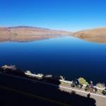Entre montagnes, lacs et forêts. La Highway 395 offre des paysages magnifiques. Nous roulons et pensons déjà revenir ici un jour en moto pour faire découvrir cette région du monde à nos familles et amis. Ici, Lake Topaz à la frontière entre Californie et Nevada.