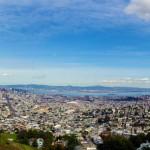 Panorama de San Francisco et sa baie, vue des Twin Peaks. De l'autre coté de la baie se trouve Oakland, un port commercial très important. Au sud de la baie se trouve Sillicon Valley, maison de tous les grands noms des nouvelles technologies : Google, Facebook, Adobe...