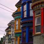 Les moulures et couleurs pastels donnent beaucoup de gaieté aux rues et promenades citadines.