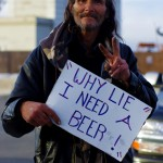 """""""Pourquoi mentir, j'ai besoin d'une bière"""". Avec Los Angeles, San Francisco est considérée comme la capitale des sans abris du pays. Chaque année, 200 millions de dollars sont dépensés dans les programmes pour les SDF. Malgré le programme 'Care not Cash' qui vise à ce que cet argent ne soit pas utilisé dans l'alcool ou les drogues, certains restent honnêtes sur leurs intentions !"""