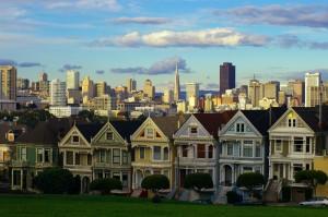 Alamo Square Park. De nombreuses collines ornent la Péninsule de San Francisco, ce qui offre un décore somptueux lorsque celles-ci sont habillées d'habitations colorées.