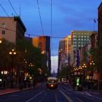 Market St. Un coeur de ville bien tranquille, loin d'être oppressant ou de faire sentir le moindre stress urbain. Ce sont majoritairement les tramways et les vélos qui font la loi entre les buildings.