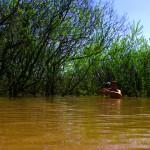 Prende des photos et filmer notre quotidien n'est pas toujours évident... Ici Etienne s'écarte un peu de la route inondée pour trouver le bon cadrage. Heureusement qu'il mesure presque 2m...
