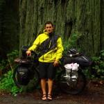 """Brian : """"Cela faisait longtemps que j'attendais le passage dans Redwoods National Park. Le décor est préhistorique au milieu des séquoias géants. Ce sont les plus grands et plus vieux arbres du monde. Je me sents tout petit dans ce décor mystique, parcourir ces endroits uniques au monde à vélo est d'autant plus impressionnant."""""""