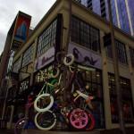 Chaque semaine, les habitants de Portland participent à la 'Zoobomb', activité durant laquelle les cyclistes de Portland se rejoignent pour descendre une pente à vive allure. En Décembre 2007, le maire inaugure la 'Zoobomb pile', oeuvre d'art public qui devient le point de rendez-vous pour les Zoobombers ainsi que le symbole de la culture vélo importante et revendiquée de Portland.