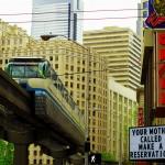 Le côté moderne de Seattle : le sky train qui se balade entre les gratte-ciel n'empêche pas le fleurissement de coffee shops qui font sa réputation. Sérieusement une ville à considérer pour y passer un temps.