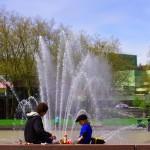 Petite pause déjeuner, sous le soleil de Seattle, entre un père et son enfant avant de repartir au travail. (Jolie béret cela dit en passant...)