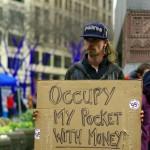 """May Day a été marquée aux USA avec des protestations et des manifestations politiques. De nombreux citoyens utilisent la journée pour diffuser des messages sur l'inégalité sociale et économique. """"Remplissez mes poches avec de l'argent"""" dit-il."""