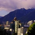 Vancouver. La ville est plantée au milieu d'un espace naturel exceptionnel. A l'ouest, l'Océan Pacifique avec vue au loin sur Vancouver Island que nous allons parcourir plus tard. Tout autour, la limite de la ville est matérialisée par la forêt des montagnes canadiennes. Cet environnement offre un terrain de jeu idéal pour les activités outdoor : vélo, randonnée, kayak, voile, alpinisme… A 20 min de chez vous, il y a toujours de quoi respirer un air pur !