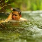 A chacun sa technique pour se doucher dans les eaux glacées... Ici Brian s'accroche à une racine et se laisse tremper le temps de se rincer.
