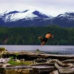 Malgré la fraîcheur de l'eau, impossible de ne pas profiter de ce moment pour un bon plongeon ! Il aurait été trop dommage de ne pas goûter aux eaux des fjords canadiens ! Brian en profite pour immortaliser le moment en vidéo.