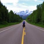 Etienne en route pour les Cassiar Mountains sur la Stewart Cassiar highway. Cette route est une des rares options pour l'Alaska. Connue des voyageurs, elle parcourt la British Columbia jusqu'au Yukon et est une des plus belles routes que nous ayons emprunté jusqu'à aujourd'hui.