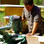 Morgan à la découpe des planches qui nous serviront à la construction de la structure de notre radeau.