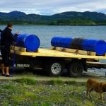 Derniers réglages et vérifications avant le grand départ sur le lac Laberge. Nous fixons les bidons qui assurent la flottaison de l'embarcation avec des sangles solides, faisons basculer le tout dans l'eau, ca y est nous sommes prêts à ramer!