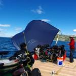Sur le lac Laberge, le jour de notre départ, les dieux sont avec nous : un vent 3/4 arrière nous pousse vers l'embouchure de la Yukon River. Nous en profitons pour improviser une voile avec l'une de nos bâches et transformons notre radeau à rames en voilier !