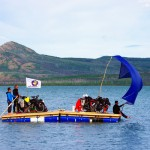 Avec notre bâche en mode « spi », nous arrivons à vue de la Yukon River en seulement 13h de navigation pour 30km parcourus environ. Nous utilisons les rames comme gouvernail afin de tenir un cap de largue (vent ¾ arrière)! D'après les nombreux témoignages que nous avons récoltés, la traversée de ce lac est souvent une des épreuves les plus difficiles… certains mettent plusieurs jours en canoë pour rejoindre l'embouchure de la rivière. Merci Eole.