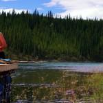 Heure de la première douche sur le Yukon pour Bertrand. L'eau est très fraîche (nous l'estimons à peu près 7/8°C à cet endroit de la rivière) mais l'été a fait son avancée et le soleil étend sa chaleur de midi.