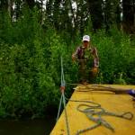Bertrand est venu de France avec 75m de corde d'escalade offert par Jaques Michel et Mathieu Mercier. C'est ainsi que nous amarrons notre vaisseau aux arbres de la rive.