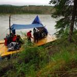 La pluie ne cesse de tomber et le vent souffle de plus en plus fort, nous décidons donc de faire une pause afin de mettre en place un toit amovible à l'aide de nos bâches et de troncs d'arbres coupés dans la forêt.