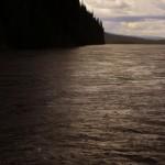 La pluie s'abat sur le Yukon et nous nous protégeons sous notre toit de fortune.