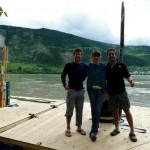 Après 8 jours et 700km sur la rivière nous arrivons le 3 juillet à Dawson City et recherchons activement une personne pour acheter notre radeau. Julie travaille dans l'économie sociale pour le Chantier Economique et Social du Québec, également présent dans le Yukon. Elle accepte de nous racheter notre radeau pour la moitié de son coût de revient. Il servira dans le projet de relancement de « Tent City » à Dawson, espace de camping permanent et gratuit durant la saison d'été, dédié aux jeunes qui viennent travailler dans cette région et qui ont du mal à se loger. En effet, il est interdit de camper aux abords de la ville mais aucune loi n'existe sur la surface du fleuve.