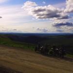 La « Top of the World Highway » nous fait longer les crêtes d'une chaîne de montagne, cela est éprouvant (2200 mètres de dénivelé positif le premier jour) mais les paysages sont superbes.