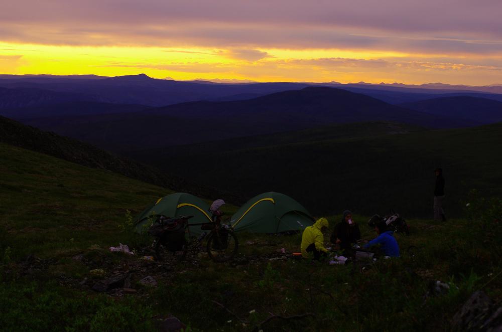 Nous arrivons à la frontière Canada-USA (Alaska) mais celle-ci est fermée. Nous allons tout de même voir les douaniers pour demander un peu d'eau avant d'aller camper un peu plus loin. Lorsqu'ils apprennent que nous avons mis qu'un seul jour pour venir depuis Dawson, ils nous offrent 4 bières et nous disent qu'en général les cyclistes mettent 2 ou 3 jours. Sur l'endroit ou camper qu'ils nous ont indiqué, la vue sur le soleil couchant est imprenable.