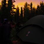 Bertrand plante rapidement les sardines de la tente car la pluie arrive au loin. Il est pas loin de minuit et nous allons nous coucher, avec un décor qui s'illumine.