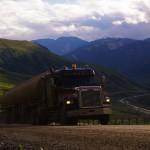 Ici, tu dois respecter le camionneur. En effet ils sont nombreux à faire les aller-retour de Fairbanks à Prudhoe Bay où un gros complexe industriel pétrolier est installé pour le forage. Certains de ces routiers ne ralentissent pas, c'est leur terrain de jeu et ils se moquent du reste. Heureusement, la majorité sont des gens courtois et restent nos alliés sur la route !