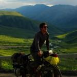Siphay entame l'effort pour surmonter Atigun Pass, le dernier col à gravir en Amérique avant de descendre dans la toundra du versant Nord.